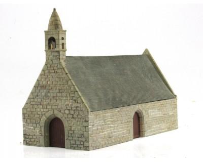 Pequeña capilla bretona a escala HO de piedra y tejado de pizarra