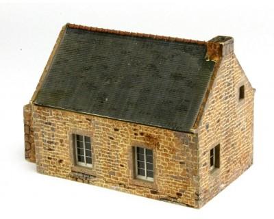Petite maison bretonne en pierre à l'échelle HO